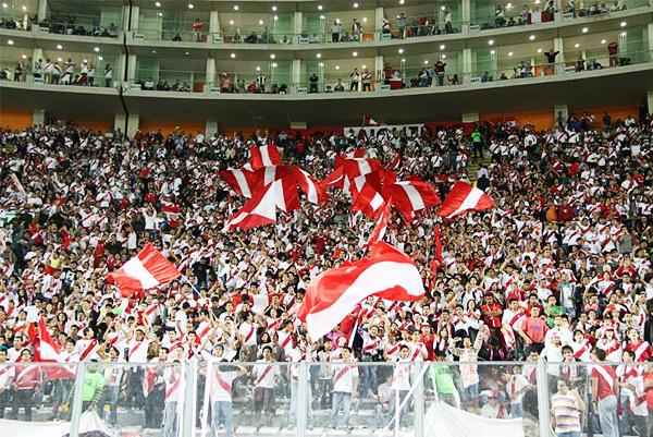 La Blanquirroja alentando durante el encuentro en el que Perú venció a Ecuador por las Eliminatorias (Foto: Miguel Koo Vargas / DeChalaca.com)