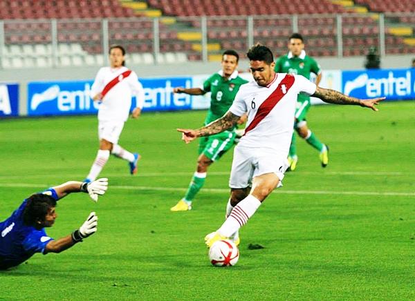 Perú comenzó a marrar oportunidades claras, como esta de Juan Vargas, lo cierto es que pocos pensaron que iba a pesar. (Foto: Luis Chacón / DeChalaca.com)