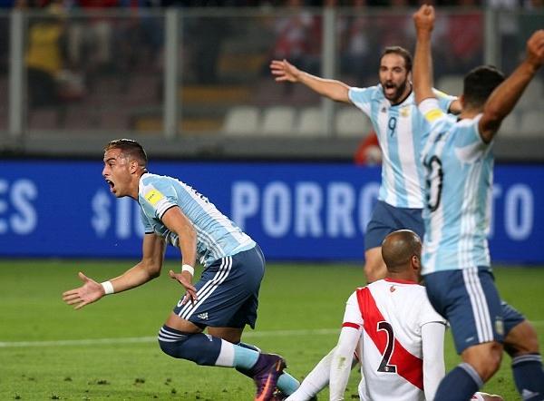 Ramiro Funes Mori evidenció la falta de atención en el juego aéreo. (Foto: AFP)