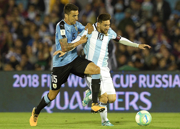 Argentina llega a esta recta final en zona de repechaje, lugar que habitualmente acostumbró Uruguay. (Foto: AFP)