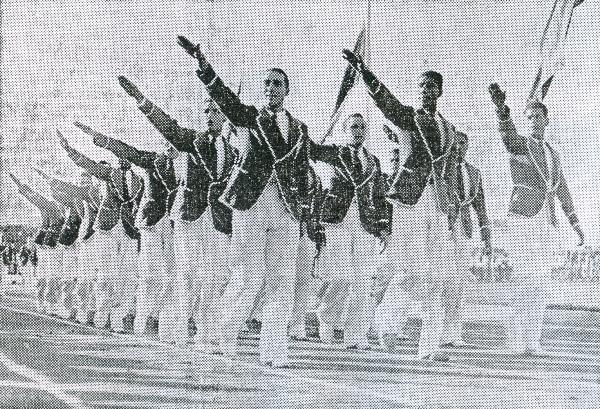 El saludo de la selección de fútbol en el desfile inaugural de los primeros Juegos Bolivarianos de la historia. Alejandro Villanueva encabeza el batallón (Recorte: diario La Crónica)