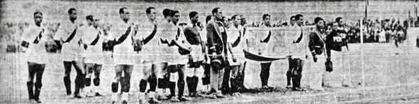 La selección peruana en la ceremonia previa antes del inicio de un partido en Bogotá (Recorte: diario La Crónica)