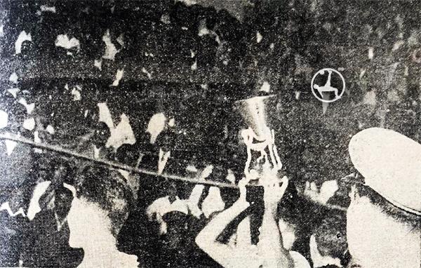 Perú celebra con el trofeo al aire, ante una multitud feliz. (Recorte: diario La Crónica)