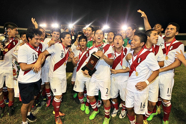 La postal que quedará en el recuerdo: una selección juvenil levantando el trofeo sudamericano. Esta sub-15 que está en formación y que, con trabajo sostenido y un ambiente correcto, nos dará alegrías en el futuro. (Foto: Fuad Landivar / Diario El Deber)