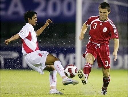 Manco, aquí ante Radzhabov, apareció en toda su dimensión (Foto: FIFA.com)