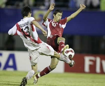 A Calderón no le pesó la responsabilidad de suplir a Hernández. Acá aparece a la marca de Tukhtasunov (Foto: FIFA.com)