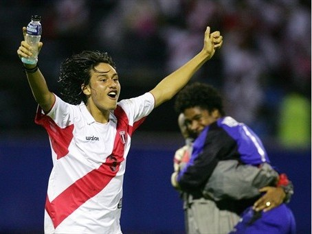 Molina alza los brazos en señal de triunfo. Al fondo, Hermoza, quien atajó el penal decisivo (Foto: FIFA.com)