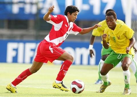 Reimond Manco ante la marca de Segbefia (Foto: FIFA.com)