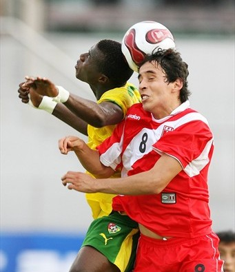 Como en el debut, Alonso Bazalar volvió a estar aplicado en la marca (Foto: FIFA.com)