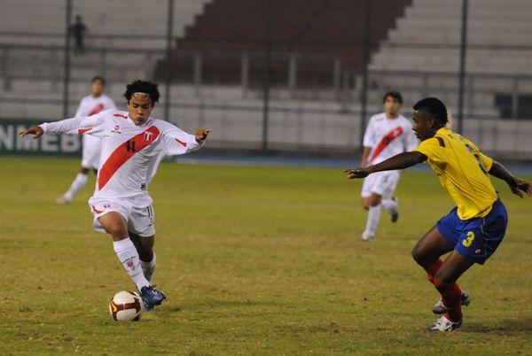QUEBRAR Y QUEBRAR. Pedro La Torre engancha ante Luis David. Perú se perdió en jugadas intrascendentes (Foto: Sergio Dávalos Montealegre)