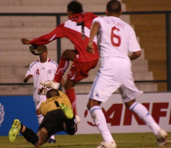 REY SIN REINO. Perú intentó por ratos, vía amagues de Arroé e intentos tímidos de Johan Rey (Foto: EFE)