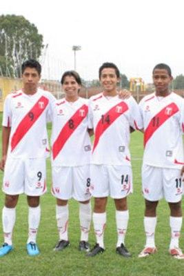De esta postal, solo Pierre Larrauri (8) y Andy Polo (11) se quedaron en la nómina final. Ambos son la esperanza de gol en el ataque peruano (Foto: futboldemenores.com)