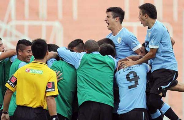 Uruguay celebra su primer gol luego que Fabrizio Buschiazzo sacara provecho de un error en el fondo peruano (Foto: losandes.com.ar)