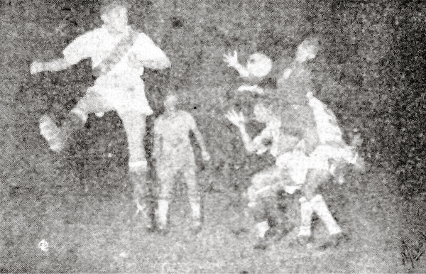 Un ataque del combinado peruano tiene a Mario Minaya conectando un golpe de cabeza que el arquero brasileño Derval logra controlar (Recorte: diario La Crónica)