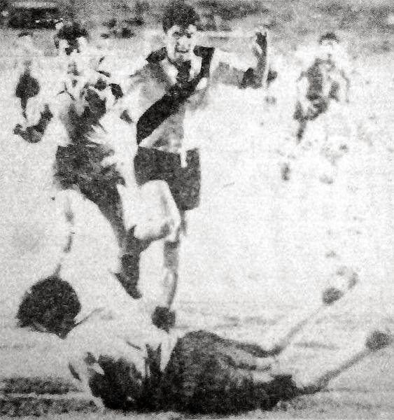 El arquero colombiano Escobar embolsa el esférico ante la carga de Alberto Vega en el partido extra que le sirvió a Perú para avanzar a la etapa final (Recorte: diario La Crónica)