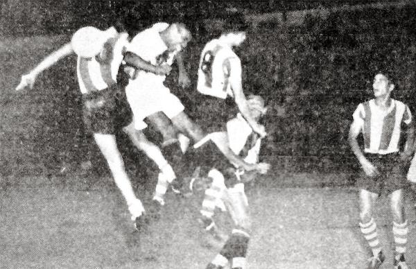 Isaac Andrade lucha por evitar que el balón sea controlado por el ataque paraguayo (Recorte: diario La Crónica)