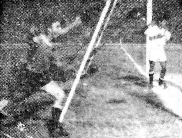 El uruguayo Ramón Cruz celebra su conquista, la tercera de la selección celeste sobre Perú en una acción que se reclamó como fuera de juego (Recorte: diario La Crónica)
