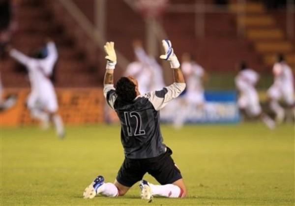 SOLITARIA ALEGRÍA. Ulloa extiende los brazos al cielo y festeja con todo el tanto de Callens, que le permitió a Perú obtener un empate transitorio ante Argentina. (Foto: REUTERS)