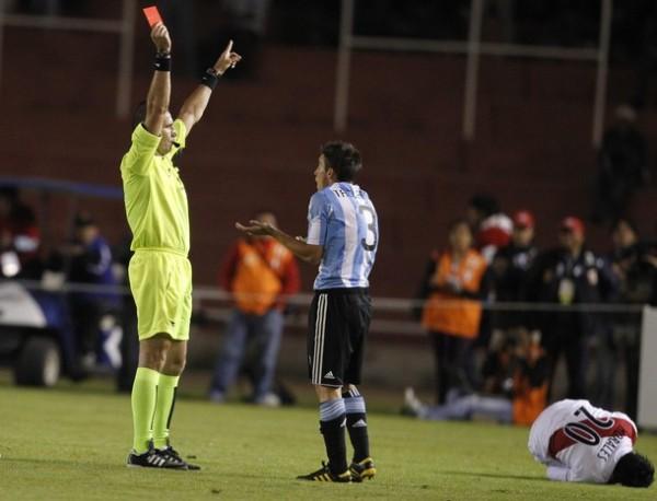 CHAU. Wilson Seneme le muestra la cartulina roja a Nicolas Tagliafico tras una fuerte infracción a Giovanny Morales. (Foto: REUTERS)