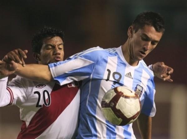 OTRO NIVEL. Facundo Ferreyra no se inquieta ante la presencia de Morales y controla con comodidad un balón. (Foto: AP)