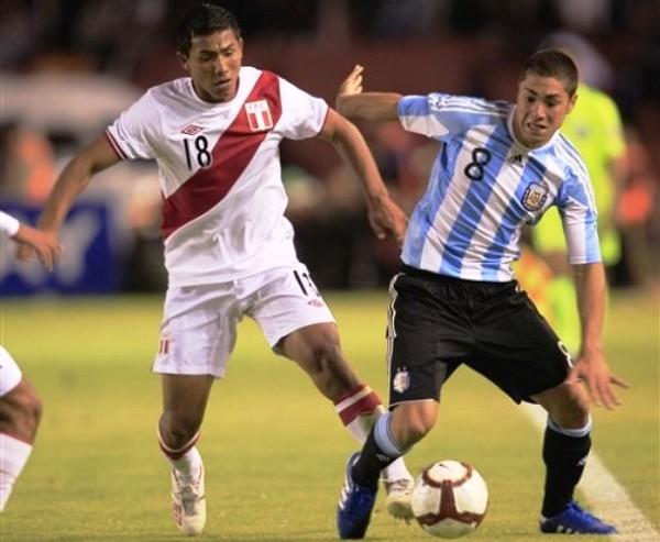 TODO TERRENO. Ojeda demostró que es un jugador a tomar en cuenta debido a su despliegue físico. (Foto: AP)