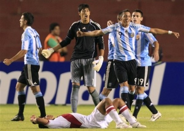 UNA IMAGEN REPETIDA. Mientras el seleccionado argentino festeja su triunfo, los jugadores peruanos yacen en el piso producto de la derrota. (Foto: AP)
