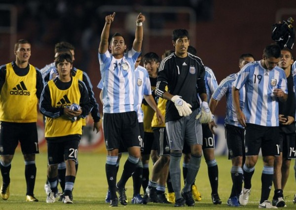 LOS VENCEDORES. Los jugadores albicelestes no escatimaron energías para festejar su triunfo sobre Perú. (Foto: AP)
