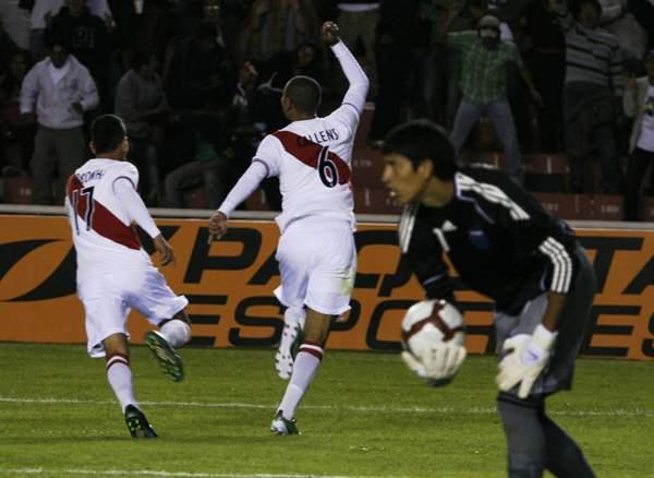 FUE SOLO UNA ILUSIÓN. El gol de Callens encendió la esperanza de los miles de hinchas peruanos que contemplaron el cotejo. (Foto: diario La Voz de Arequipa)