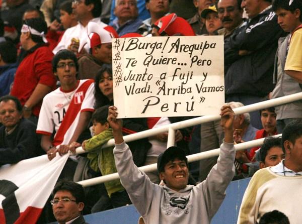 EL CLAMOR DE LA GENTE. Las muestras de rechazo hacia Burga no se hicieron esperar en Arequipa. (Foto: diario La Voz de Arequipa)
