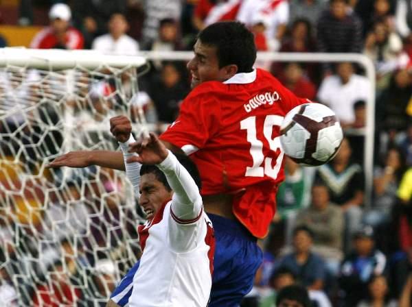 SIEMPRE ARRIBA. Gallegos logra ganarle a Donayre un balón aéreo dentro del área peruana. El bloque defensivo incaico estuvo demasiado lento en los balones detenidos. (Foto: diario La Voz de Arequipa)