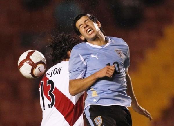CON MUCHO TRABAJO. Pablo Cepellini logra cabecear  con gran dificultad un balón que era pretendido por Torrejón. El volante uruguayo tuvo un gran desgaste durante el cotejo. (Foto: REUTERS)