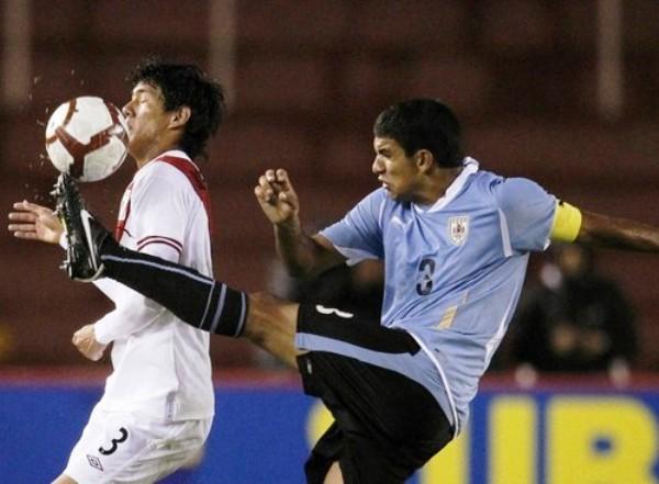 VAN CON TODO. Polenta y Bosmediano luchan por un balón dividido en medio de la cancha. No obstante, el defensor peruano sorprendió debido a su coraje y decisión en cada jugada. (Foto: REUTERS)