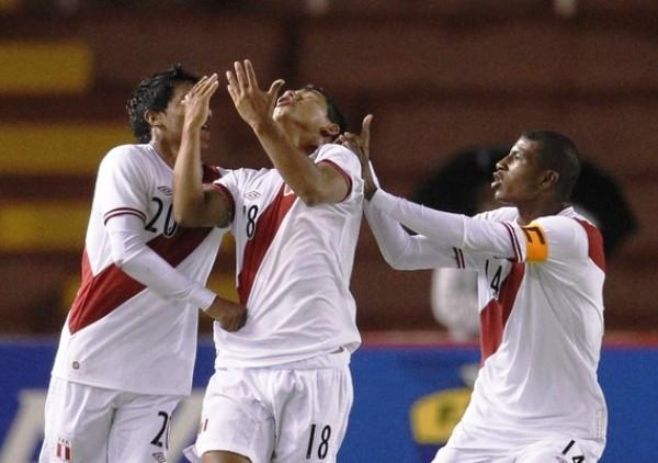 ÁNGEL SALVADOR. Ojeda abrió el camino de la victoria peruana con un sorpresivo tanto al inicio del partido. En la imagen se observa cómo celebra emotivo su conquista. (Foto: REUTERS)