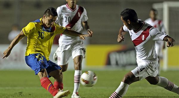 La defensa peruana la tuvo complicada para frenar el juego que armaba Jonny Uchuari que aquí enfrenta a Renato Tapia (Foto: AFP)