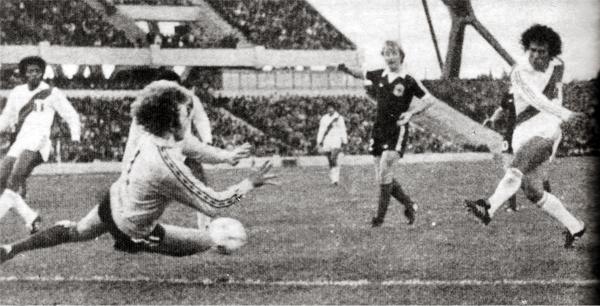 El gol de César Cueto a Escocia en 1978 (Recorte: libro Goles con Historia / Teodoro Salazar Canaval)