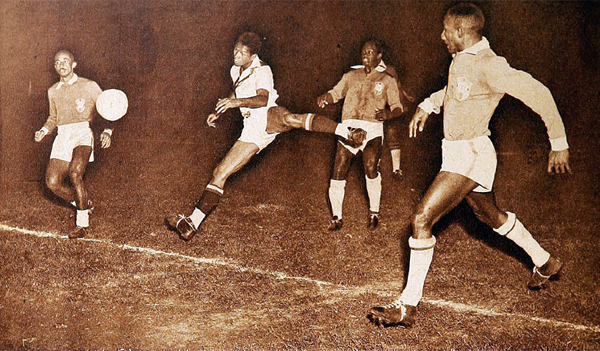 Valeriano López frente a la defensa brasileña en los Panamericanos de 1952 con uno de sus clásicos cabezazos (Recorte: revista Estadio de Chile)