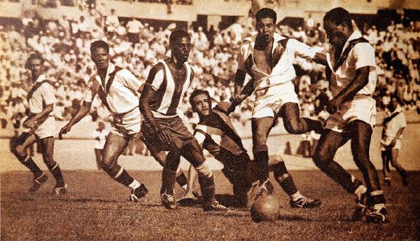 'Tito' Drago, Valeriano López, Joe Calderón y Guillermo Barbadillo en acción frente a Panamá que sufrió con el poderío peruano durante su debut en los Panamericanos (Recorte: revista Estadio de Chile)