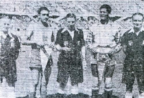 Los capitanes Tejada, de Panamá, y Walter Ormeño, de Perú, posan con el árbitro inglés Sunderland antes del partido. (Recorte: diario La Crónica)