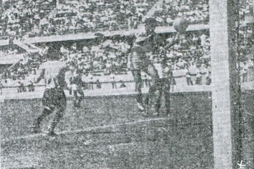 Valeriano anota el primer tanto peruano con seco golpe de cabeza, tras centro de 'Tito' Drago. (Recorte: diario La Crónica)