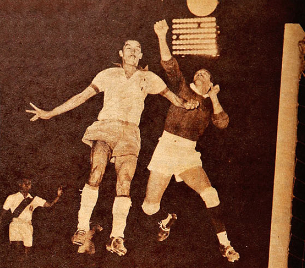 Rigoberto Felandro apenas si logra alejar el peligro ante la carga del brasileño Bodinho (Recorte: revista Estadio de Chile)