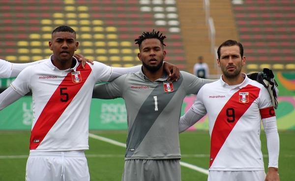 Cáceda salvó a Perú de la catástrofe. Acá canta el himno junto a Fuentes y Montes. (Foto: Prensa FPF)