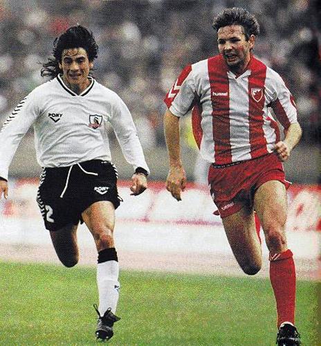 Sini%u0161a Mihajlovi%u0107 se escapa de Gabriel Mendoza en el partido que coronó al Estrella Roja como el mejor club del mundo (Foto: worldsoccer.com)