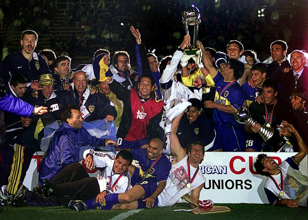 Boca celebra, con Pereda al centro de la imagen, luego de haber conseguido su primera Copa Intercontinental en la era de Carlos Bianchi (Foto: conmebol.com)