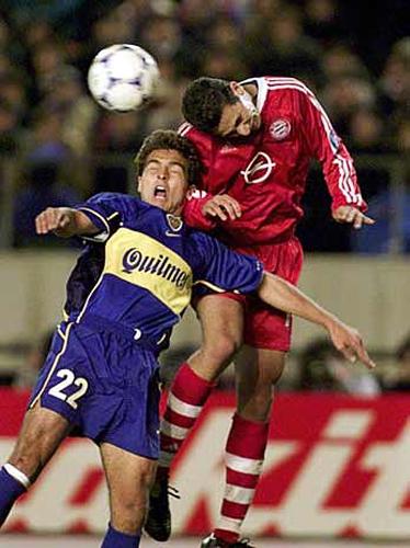 Claudio Pizarro disputa un balón con José Calvo en el cerrado partido que acabó con triunfo del Bayern sobre Boca Juniors en 2001 (Foto: AP)