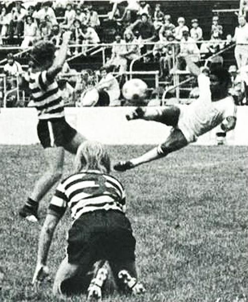 La tijera de Eusébio para marcarle al Indiana Daredevils el 20 de agosto de 1978. (Foto: nasljerseys.com)