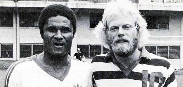 Eusébio con Steve Newman, del Indiana Daredevils. (Foto: nasljerseys.com)