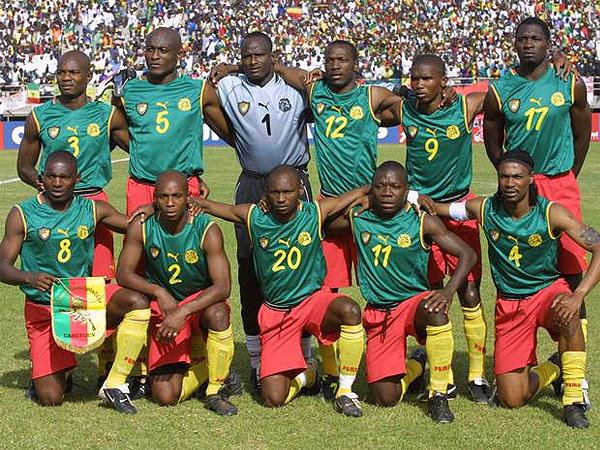 La selección de Camerún con las camisetas sin mangas que tanto les complicó la vida ante la FIFA (Foto: pantip.com)