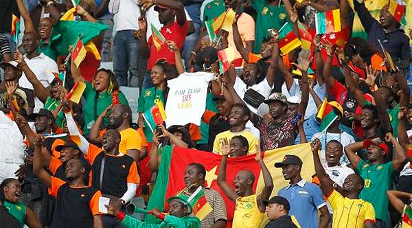La siempre pintoresca barra de Camerún le dará mucho más colorido a las tribunas en el Mundial de Brasil (Foto: starafrica.com)