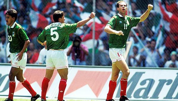 Zague con el brazo en alto junto a Ramón Ramírez, quien también anotó esa tarde: la de los siete goles del mexicano de origen brasileño en el Azteca ante Martinica. (Foto: diario Récord)