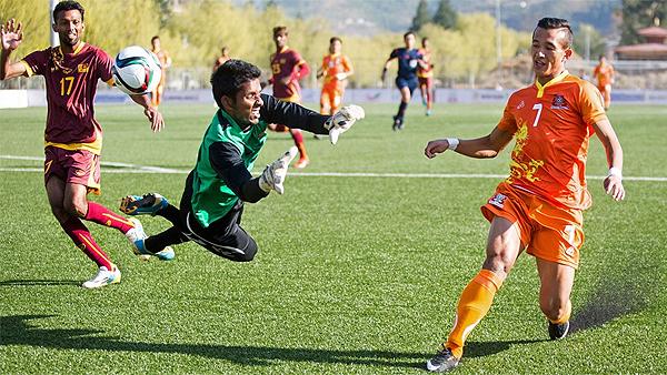 Chencho Gyeltshen le anota un gol a Sri Lanka y anota su nombre en la historia del fútbol de Bután (Foto: AFP)